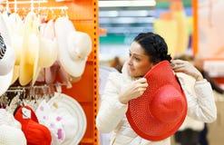 Mujer de la belleza en alameda de compras Imagen de archivo libre de regalías