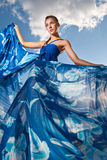 Mujer de la belleza en alineada azul en el desierto Fotografía de archivo libre de regalías
