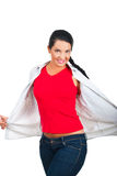 Mujer de la belleza en camiseta y pantalones vaqueros rojos en blanco Imagen de archivo