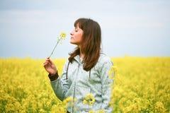 Mujer de la belleza en campo de flor Imagen de archivo