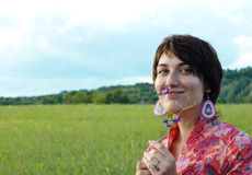 Mujer de la belleza en la naturaleza Foto de archivo libre de regalías