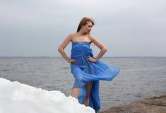 Mujer de la belleza en la playa del invierno foto de archivo libre de regalías