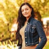Mujer de la belleza en parque del otoño Fotos de archivo
