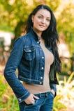 Mujer de la belleza en parque del otoño Imagen de archivo libre de regalías