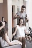 Mujer de la belleza en peluquería de caballeros Fotografía de archivo