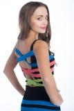 Mujer de la belleza en vestido coloreado de la raya Fotografía de archivo