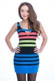 Mujer de la belleza en vestido coloreado de la raya Fotografía de archivo libre de regalías