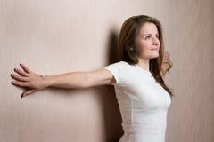 Mujer de la belleza inclinada en la pared foto de archivo libre de regalías