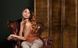 Mujer de la belleza Jóvenes hermosos Atención sanitaria Piel perfecta Retrato de la mujer con el pelo rubio del maquillaje diario fotografía de archivo libre de regalías