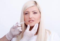 Mujer de la belleza que da inyecciones del botox Foto de archivo