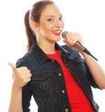 Mujer de la belleza que lleva la camiseta roja con el micrófono Imagen de archivo