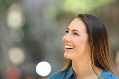 Mujer de la belleza que mira el lado en la calle Fotos de archivo