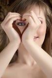 Mujer de la belleza que muestra el corazón Imágenes de archivo libres de regalías