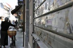 Mujer de la bicicleta en Sarajevo Fotografía de archivo