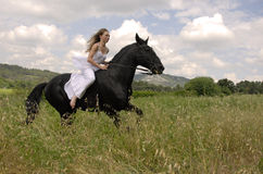 Mujer de la boda del montar a caballo Fotografía de archivo libre de regalías
