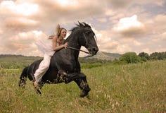 Mujer de la boda del montar a caballo Foto de archivo libre de regalías