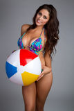 Mujer de la bola de playa Fotografía de archivo libre de regalías