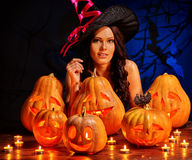 Mujer de la bruja con Jack O& x27; Linterna en el partido de Halloween Imagenes de archivo