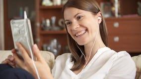 Mujer de la cámara lenta que habla en el teléfono que tiene conversación vía la charla video Empresaria que usa el teléfono elega almacen de metraje de vídeo