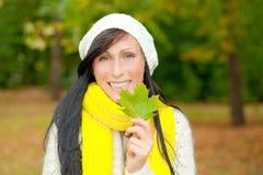 Mujer de la caída del otoño Fotos de archivo