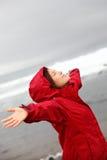 Mujer de la caída en la lluvia feliz por el océano de la naturaleza Imagen de archivo