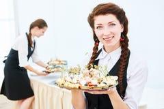 Mujer de la camarera en el evento del abastecimiento del restaurante Fotos de archivo