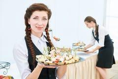 Mujer de la camarera en el evento del abastecimiento del restaurante Foto de archivo libre de regalías