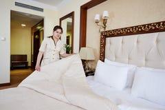 Mujer de la camarera en el servicio de hotel Imagen de archivo libre de regalías