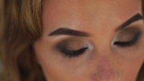 Mujer de la cara con los ojos perfectos del centelleo del maquillaje cerca para arriba Mujer centellante del retrato con los ojos metrajes