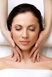 Mujer de la cara Massage.l que consigue el tratamiento del balneario Fotografía de archivo libre de regalías