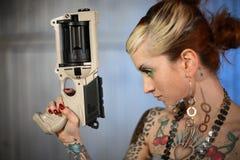 Mujer de la ciencia ficción con el arma Fotografía de archivo libre de regalías