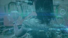 Mujer de la composición de la ciencia que usa la realidad aumentada combinada con colo animado de los diagramas