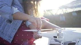 Mujer de la cosecha con el quadrocopter metrajes