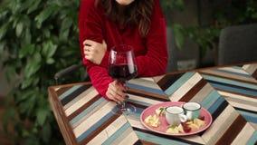 Mujer de la cosecha que come vidrio de vino rojo almacen de metraje de vídeo