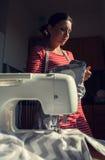 Mujer de la costurera durante trabajo Fotografía de archivo