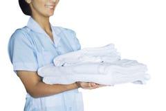 Mujer de la criada con las toallas Fotos de archivo libres de regalías