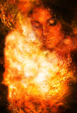 Mujer de la diosa en espacio cósmico Fondo cósmico del espacio E Efecto de fuego Imagen de archivo