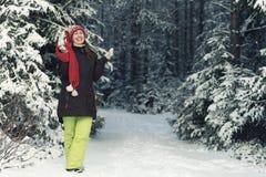 Mujer de la diversión en bosque de la picea del invierno Imágenes de archivo libres de regalías