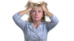 Mujer de la Edad Media con el dolor de cabeza que toca su cabeza almacen de metraje de vídeo