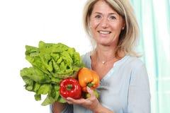Mujer de la Edad Media con las verduras sanas imagen de archivo