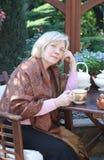 Mujer de la Edad Media en el jardín Imágenes de archivo libres de regalías