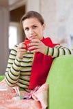 Mujer de la enfermedad con la taza caliente Imagenes de archivo