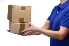 Mujer de la entrega que entrega paquetes Fotografía de archivo libre de regalías