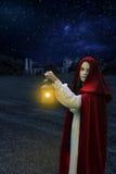 mujer 1800 de la era en la noche con la linterna Fotografía de archivo libre de regalías