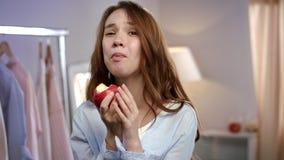 Mujer de la felicidad que come la manzana roja Emoción alegre de la mujer Dieta sana femenina metrajes