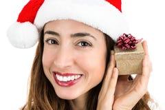 Mujer de la feliz Navidad con una pequeña caja de regalo en su mano Imagen de archivo libre de regalías