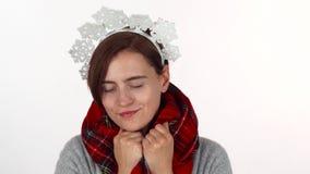 Mujer de la feliz Navidad en bufanda del invierno de la venda de los copos de nieve que lleva metrajes