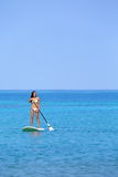 Mujer de la forma de vida de la playa de Hawaii paddleboarding Imágenes de archivo libres de regalías