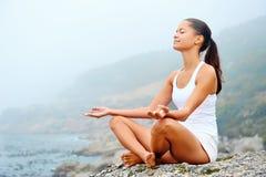 Mujer de la forma de vida de la yoga Fotografía de archivo libre de regalías