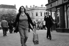 Mujer de la fotografía dos del foco en mercado imagen de archivo libre de regalías